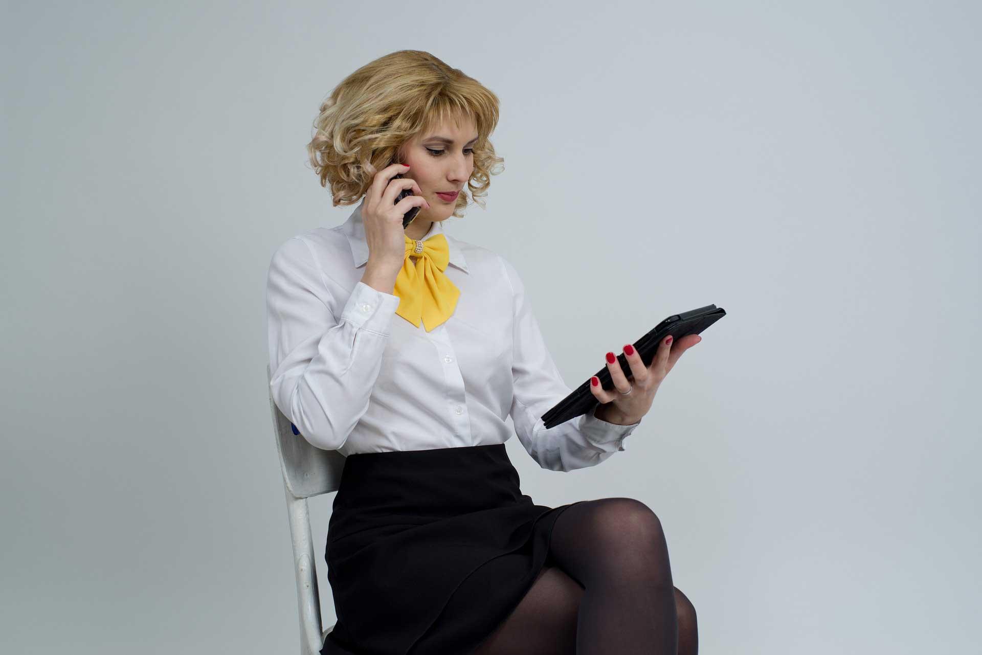 Elinde Telefon ve Tablet Olan Is Kadini