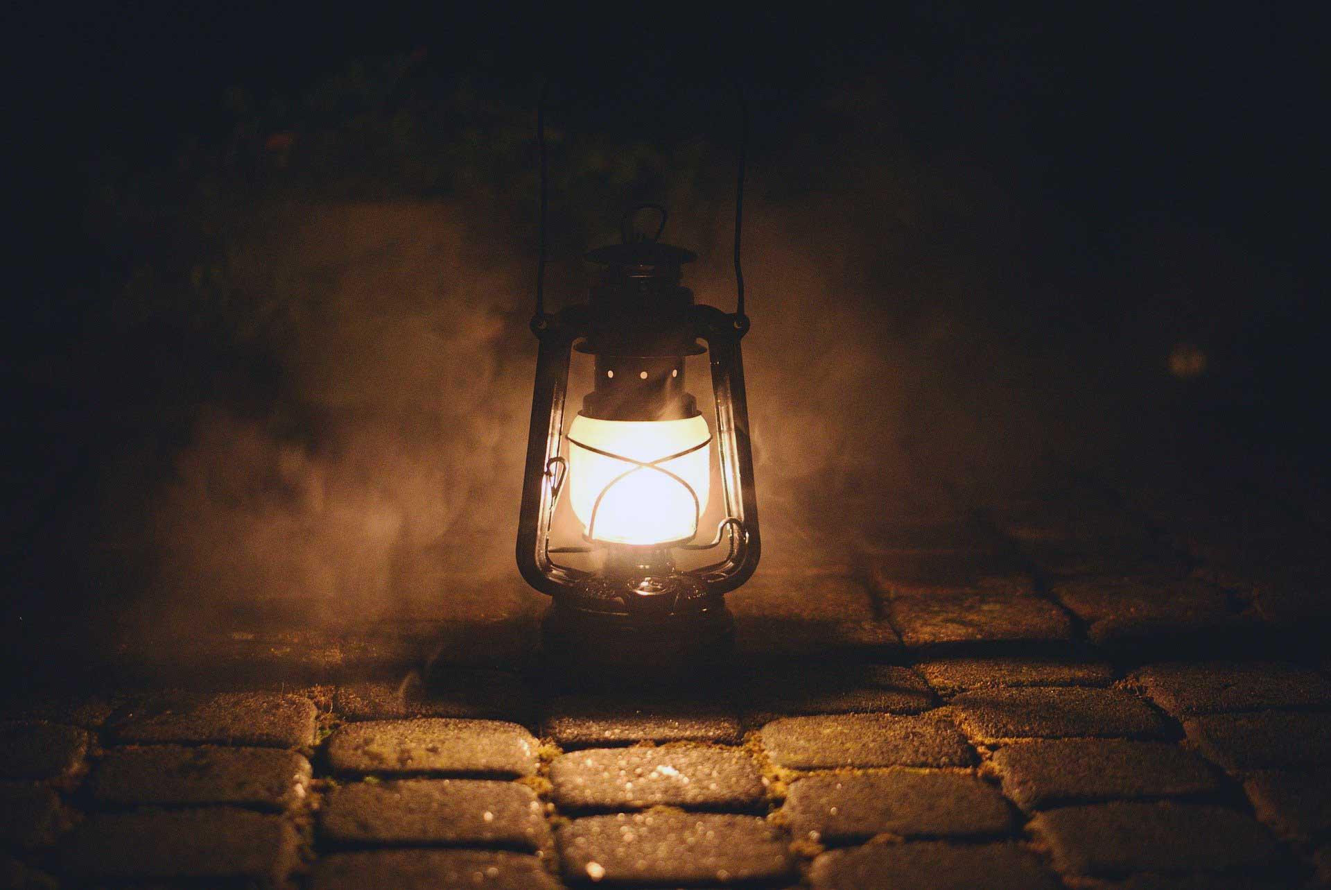 Tas yol uzerinde gaz lambasi