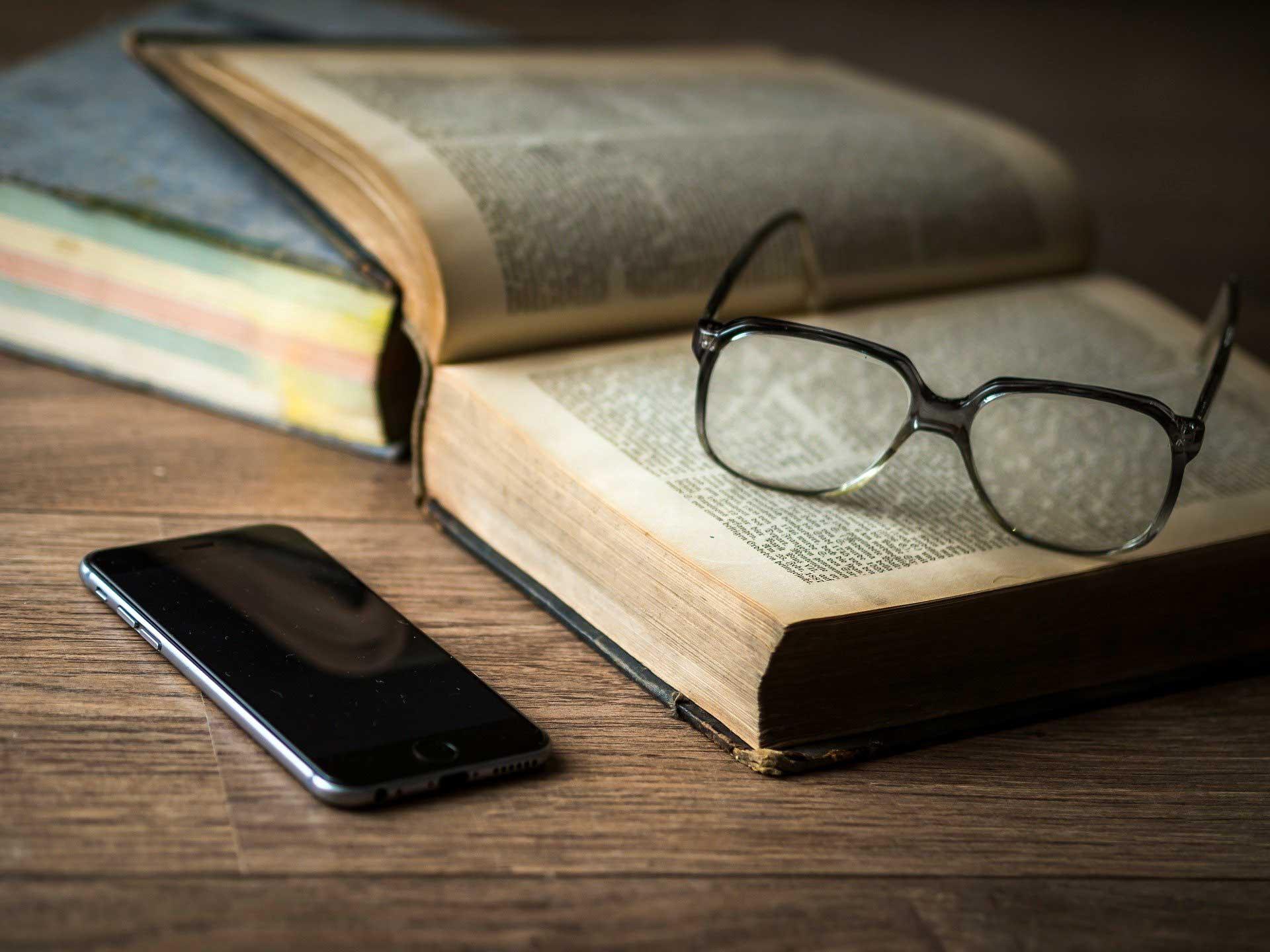 Masa Uzerinde Telefon, Kitap Ve Gozluk